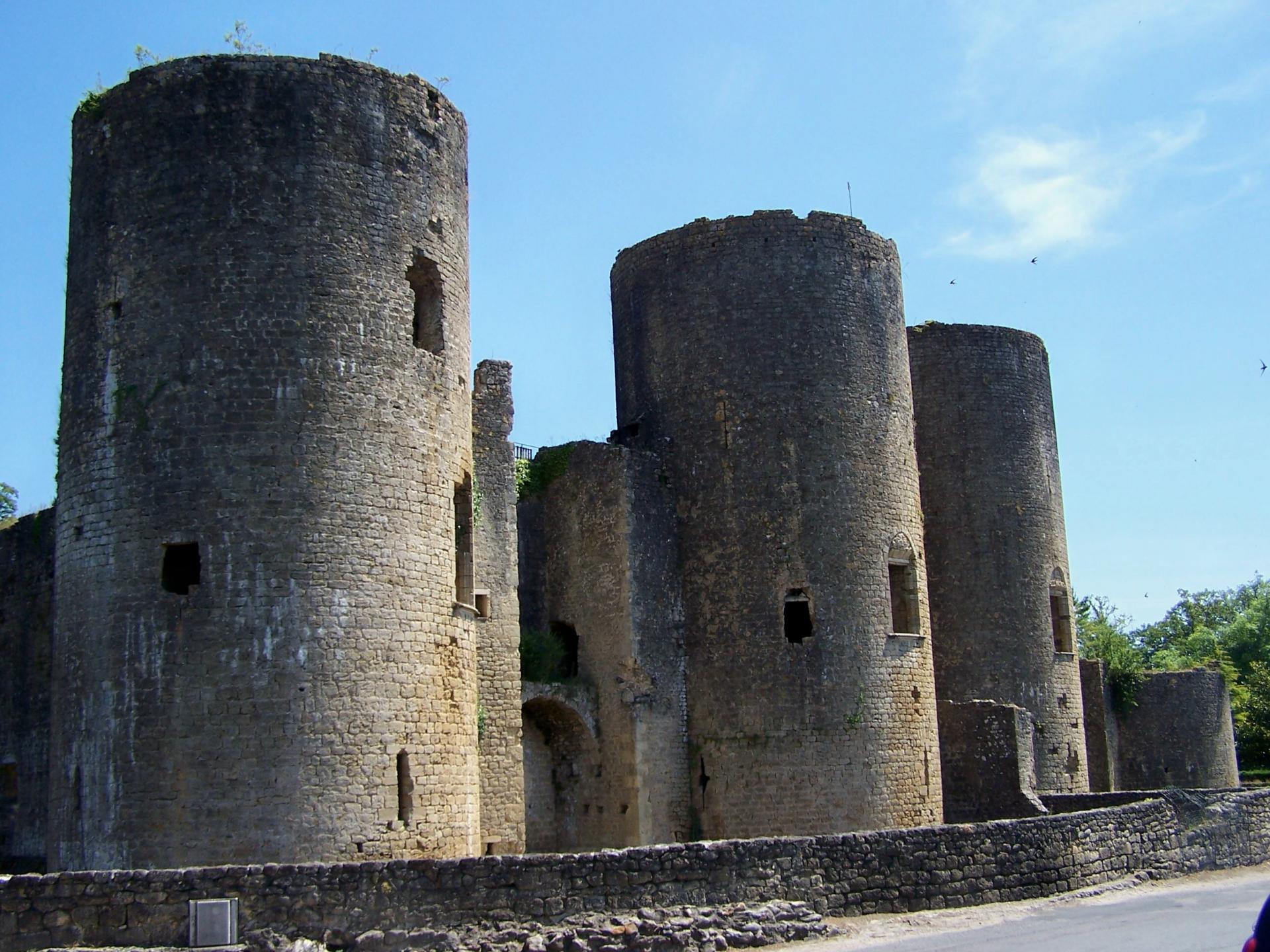 Villandraut chateau 01